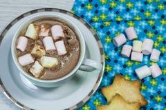 Ontbijt van verse toost, koekjes en wafel met jam op het lusje Stock Afbeeldingen