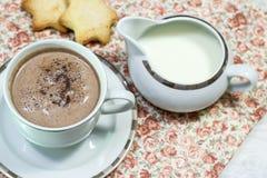 Ontbijt van verse toost, koekjes en wafel met jam op het lusje Stock Fotografie