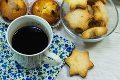 Ontbijt van verse toost, koekjes en wafel met jam op het lusje Royalty-vrije Stock Foto