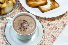 Ontbijt van verse toost, koekjes en wafel met jam op het lusje Stock Afbeelding
