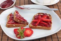 Ontbijt van volkorentoost met aardbeigelei stock foto
