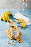 Ontbijt van yoghurt, bananen en granola Stock Fotografie