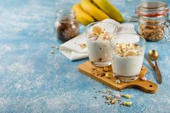 Ontbijt van yoghurt, bananen en granola Royalty-vrije Stock Fotografie