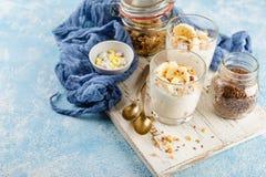 Ontbijt van yoghurt, bananen en granola Stock Foto