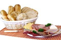 Ontbijt, vers gebakken brood, kaas en vlees Stock Afbeeldingen