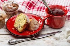 Ontbijt Verse muffins en hete thee in rode kop stock foto's