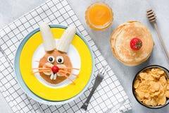 Ontbijt voor jonge geitjes Paashaaspannekoek, honing en cornflakes Royalty-vrije Stock Foto's