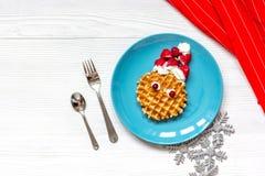 Ontbijt voor kind op Kerstmis met wafel hoogste mening Stock Afbeeldingen