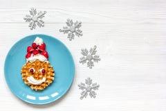 Ontbijt voor kind op Kerstmis met wafel hoogste mening Stock Foto's