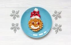 Ontbijt voor kind op Kerstmis met wafel hoogste mening Royalty-vrije Stock Foto's