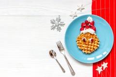 Ontbijt voor kind op Kerstmis met wafel hoogste mening Stock Fotografie