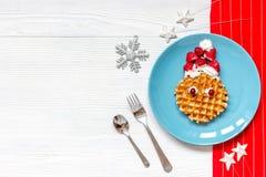 Ontbijt voor kind op Kerstmis met wafel hoogste mening Stock Afbeelding