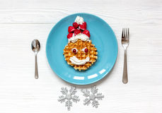 Ontbijt voor kind op Kerstmis met wafel hoogste mening Stock Foto