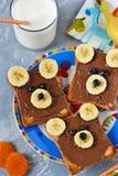 Ontbijt voor kinderen - toost met chocoladedeeg Stock Foto's