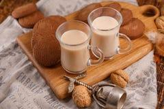 Ontbijt voor twee Thee met melk en havermeelkoekjes op een houten achtergrond Thee en koekjes op de keukenraad stock foto
