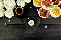 Ontbijt voor Valentijnskaartendag met kop van koffie royalty-vrije stock fotografie