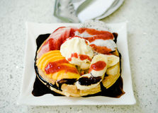 Ontbijt - wafels met verse bessen en room stock foto