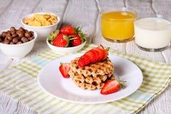 Ontbijt: Waffels met aardbei, jus d'orange en melk Stock Afbeeldingen