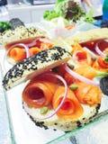 Ontbijt - zwarte sesamhamburger met gerookte zalm Royalty-vrije Stock Afbeeldingen
