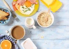 Ontbijtbacon en eieren, graangewas en toost Hoogste mening Stock Foto