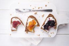 Ontbijtbrood en jam Stock Afbeelding