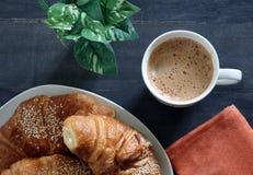 Ontbijtcroissant en koffie royalty-vrije stock afbeeldingen