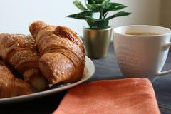 Ontbijtcroissant en koffie Stock Foto