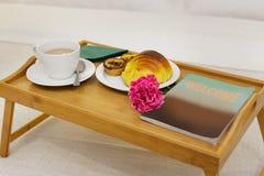 Ontbijtdienblad in bed stock afbeelding