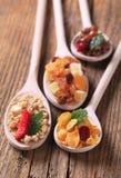 Ontbijtgraangewassen en gedroogd fruit Stock Afbeelding