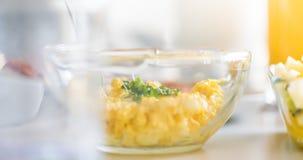 Ontbijtlijst - boter, ei en van Mayo sandwich het vullen, sneed peper royalty-vrije stock foto