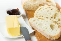 Ontbijtlijst het plaatsen Vers gebakken artisanaal gesneden brood op houten scherpe raadsstok van organische boteraardbeimarmelad stock fotografie