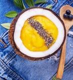 Ontbijtmango en bes smoothies wordt versierd die met Stock Foto