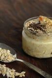 Ontbijtmuesli en chocolade smoothie kruik Stock Foto's