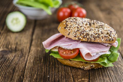 Ontbijtongezuurd broodje (met ham; selectieve nadruk) Stock Foto