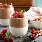 Ontbijtparfait met yoghurt en chocolade smoothie stock foto's