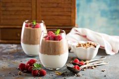 Ontbijtparfait met yoghurt en chocolade smoothie stock afbeeldingen