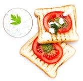 Ontbijtreeks van toostbrood, tomaat, op witte backgrou wordt geïsoleerd die Royalty-vrije Stock Afbeeldingen