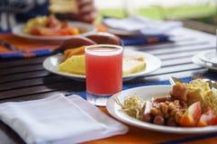 Ontbijtscène bij tropisch hotel stock foto