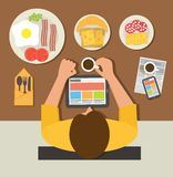 Ontbijttijd De lezingsnieuws van de bureaumens op tablet Stock Foto's