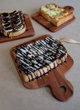 Ontbijttoost, Pizza, bananenchocolade, chocoladepinda Stock Afbeeldingen