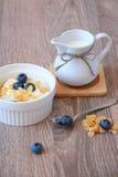 Ontbijtyoghurt met graangewas en bosbes Royalty-vrije Stock Foto