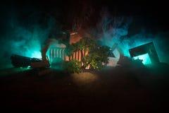 Ontbossing van bosdieGraafwerktuig wordt de gebruikt werd om boom-stompen en wortels na het bos bloot te leggen verwijderd Dark m stock foto's