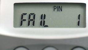 ONTBREEK 1 bericht op het calculatorscherm stock videobeelden