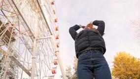 Ontbreek in de herfstpark stock video