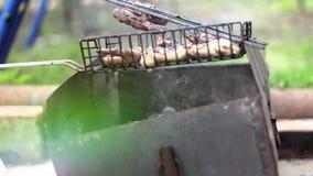 Ontbreek het Roosteren van courgettes en champignonpaddestoelen stock video