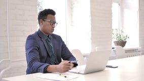 Ontbreek Online Betaling, Winkelend via Creditcard op Laptop door de Afrikaanse Mens stock video