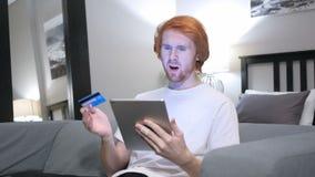 Ontbreek online het shoping op tablet door de toevallige roodharigemens stock video