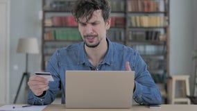 Ontbreek online het Winkelen door de Jonge Mens Gebruikend Lege Creditcard stock footage