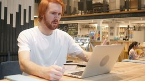 Ontbreek online het Winkelen door de Mens van de Roodharigebaard, Betalingsfout stock videobeelden