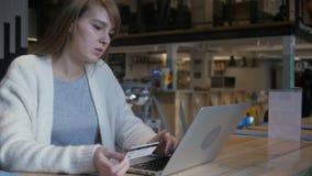 Ontbreek online het winkelen door jonge vrouw, betalingsfout stock video